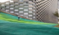 Střecha kodaňské elektrárny se proměnila v zábavné centrum, kterému vévodí lyžařský sjezd