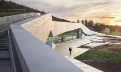 Snøhetta v Lascaux postavila muzeum, v němž se ukrývá jeskynní údolí