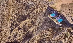 Na řeckých ostrovech byly vybudovány domy přímo v útesech