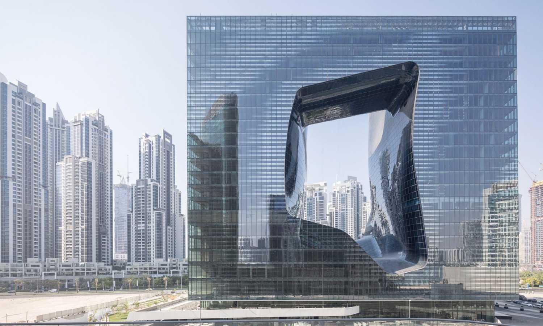 V Dubaji vyrostl nový hotel s netypickým otvorem v jeho středu