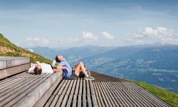 Podél alpské horské stezky se tyčí celá síť rozhleden