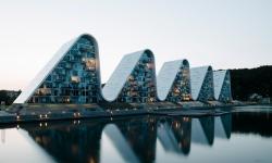 Bytové domy ve tvaru mořských vln jsou k vidění v dánském Velje