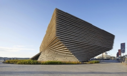 Kengo Kuma navrhl a postavil první designové muzeum ve Skotsku